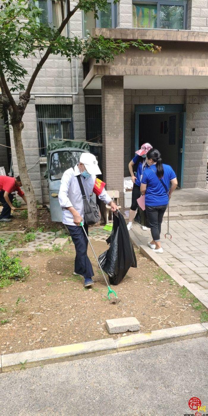 """和苑社区开展""""清理小区垃圾 助力创建文明城""""活动"""