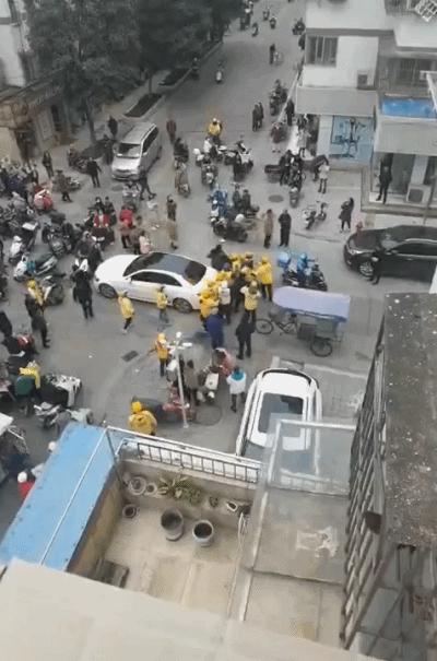 奔驰车主撞外卖员后疑遭围殴,现场到底发生了什么?