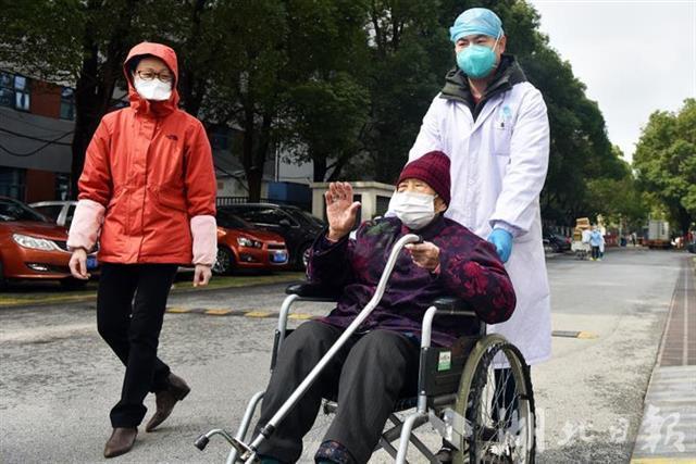 硬核母女!武汉一97岁新冠肺炎患者治愈出院 75岁女儿几天前刚出院