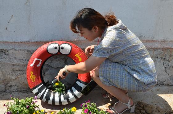 """长清文昌十里小学:创意""""轮胎花园"""" 扮靓十里校园"""