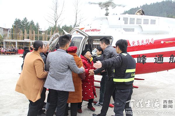 富豪开直升机回村拜年 现场为老人发放2000-60000元不等红包