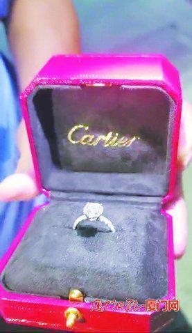 拍新婚MV时落在跑车车顶,游客在厦门捡到10万元钻戒以为是道具