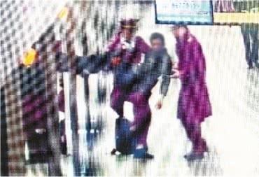 太暖心了!地铁小哥抱起140斤重晕倒男乘客,谢绝酬金