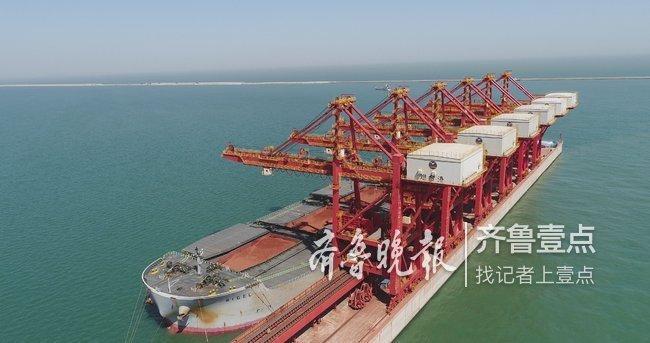 """像""""空中巨龙""""!烟台港接卸全球首条30万吨级铝矾土船"""