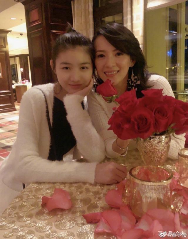 章子怡为继女小苹果庆生,不似母女更像姐妹