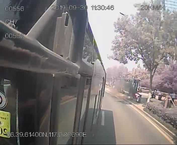 济南:路边垃圾桶着火,两个女汉子拿着灭火器就冲了过去