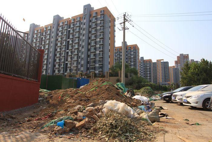 【啄木鸟在行动】山东师范大学附属中学春江郦城西南角院墙外渣土未覆盖