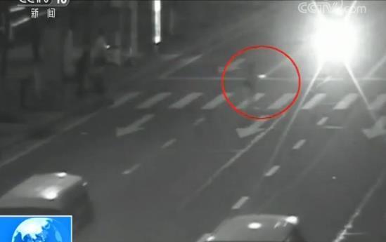 行人闯红灯肇事获刑 监控记录两个细节成事故认定关键