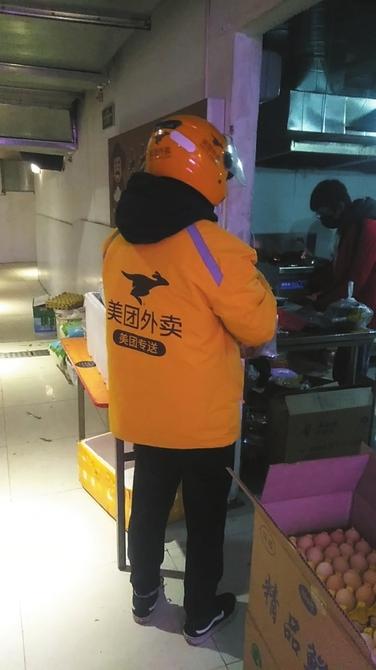 """记者连线武汉外卖小哥:送餐、带药、喂猫……他们成了普通人与这座城的桥梁 """"只要我们还在跑,武汉就不会停下来"""""""