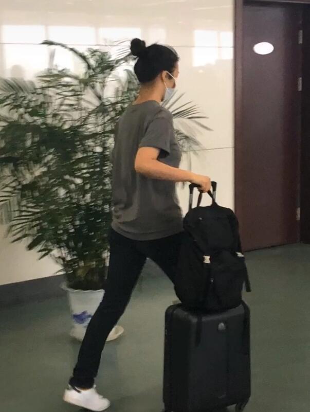 网友飞机上偶遇汤唯 女神坐经济舱独自提行李排队