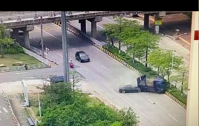 又雙叒叕出事了!警方通報韶關特斯拉追尾貨車,特斯拉回應:不了解情況