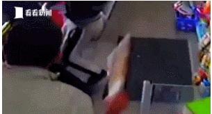 为保护儿子 42岁店主用扫帚柄打得3名劫匪落荒而逃