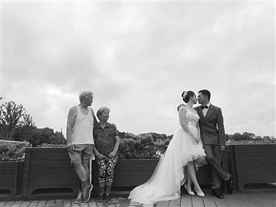 """这就是幸福的模样了吧?新人婚纱照八旬夫妇""""抢镜"""""""