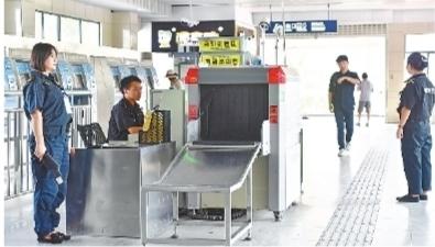 """武汉地铁安检员高温下坚守 笑称""""减肥效果""""明显"""