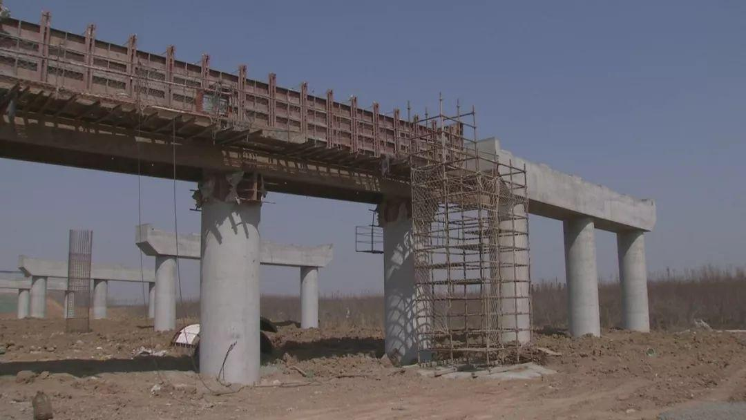 青岛新机场高速建设迎新节点 路面试验段开始铺设