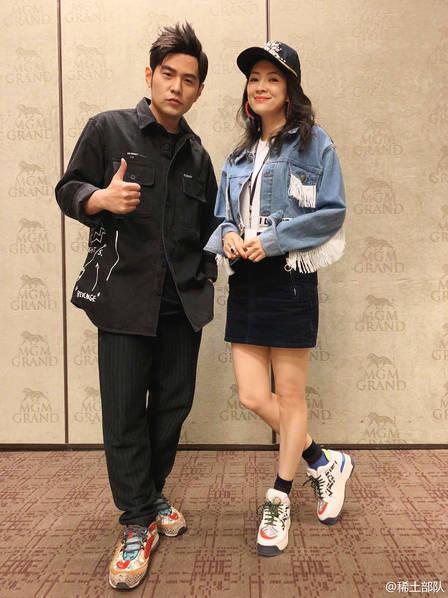 章子怡美国看周杰伦演唱会 后台与昆凌搂肩亲密合影
