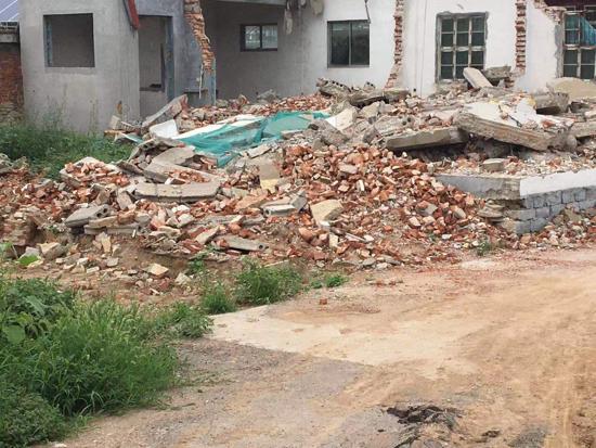 【啄木鸟在行动】长清区220国道与前三村后街交叉口建筑垃圾裸露