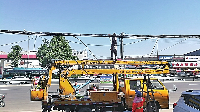 """又有11条门路""""蜘蛛网""""被清理 市中城管力促杆线整治再晋升"""