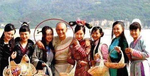 黄晓明前女友曝近照,面部肿胀样貌大变,网友:完全认不出!