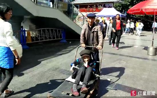 70岁儿子用板车推母亲逛街:以前...