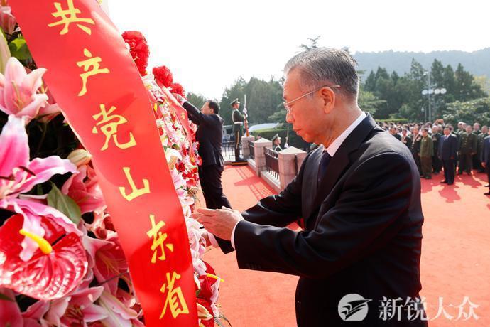 山东省、驻济部队暨济南市举行向人民英雄敬献花篮仪式