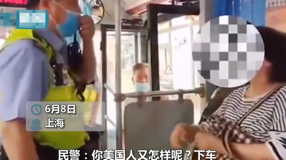 迷惑行为!公交上大妈拒戴口罩还自称美国人 却不知道护照是什么