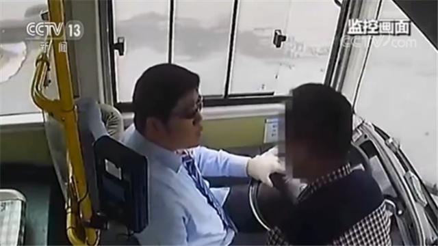 醉酒乘客玩手机坐过站 抢夺驾驶员方向盘被逮捕