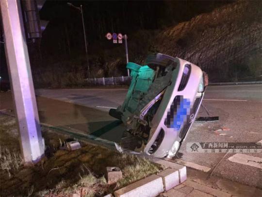 夫妻边开车边吵架 妻子怒转方向盘致车翻人伤