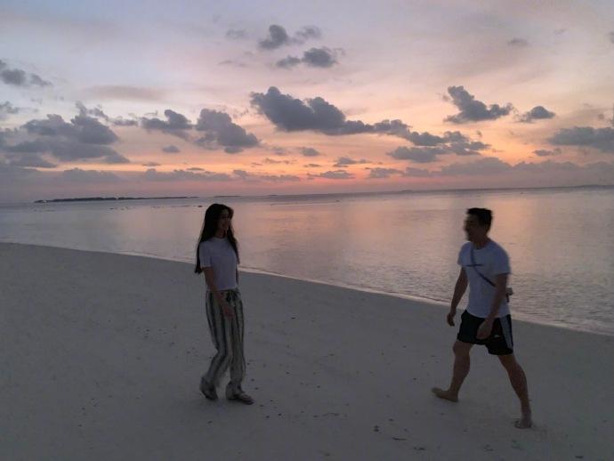 """baby元宵与""""神秘男""""漫步沙滩 还透露了小海绵近况"""