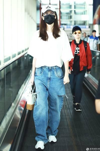 乔欣被曝与杨洋恋情后现身机场 口罩遮面不见表情