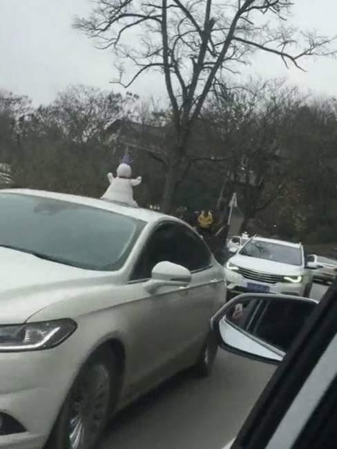 成都的雪人卖15块 北方网友表示:雪人还能卖,还挂车顶上!