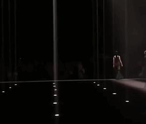 国模孙菲菲穿高跟鞋走秀连摔三次引质疑:下一个奚梦瑶?