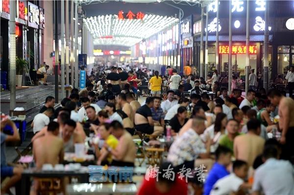 """济南""""地摊美食""""这条街堪称最长"""
