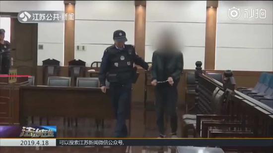 小伙自断手指碰瓷分赃4800元 为治手指花了上万元