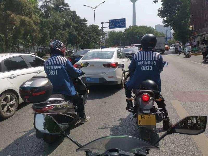 """西安两男子拿""""囚服""""当""""骑行服"""" 市民:好好骑车不行吗?"""