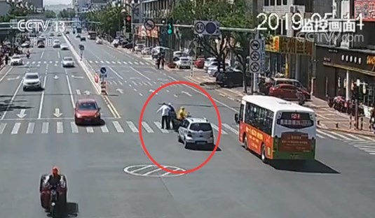 外賣小哥擋住車流 公交司機背起老人過馬路