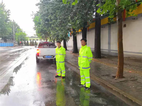 槐荫:暴雨中的坚守 保市民安全出行