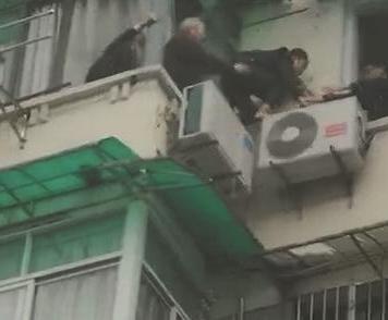 杭州文二新村5楼失火 老人带两个小女孩爬窗踩空调逃生