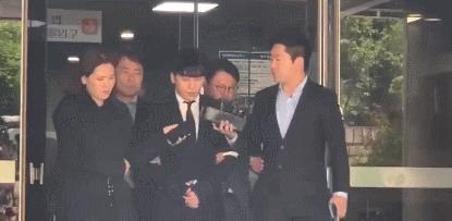 成功结束拘留前审讯,双手被捆走出法院