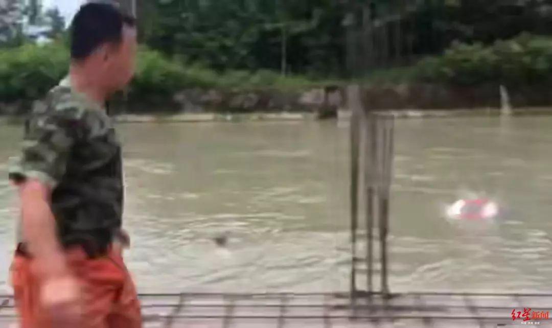 女子落水被冲走,他们一路狂追,生生跑赢了激流!