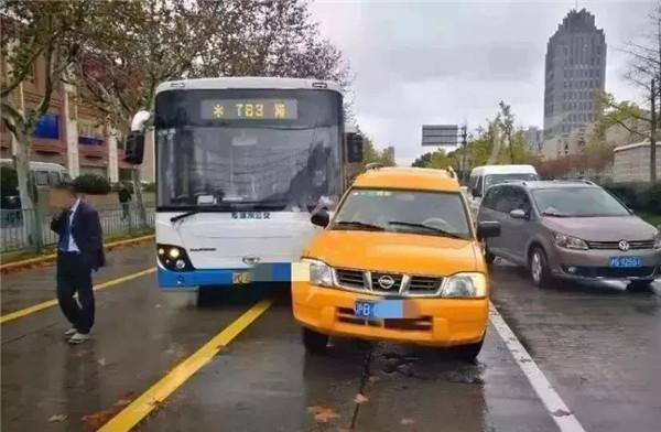 去年抢夺公交车方向盘的女乘客被取消落户上海