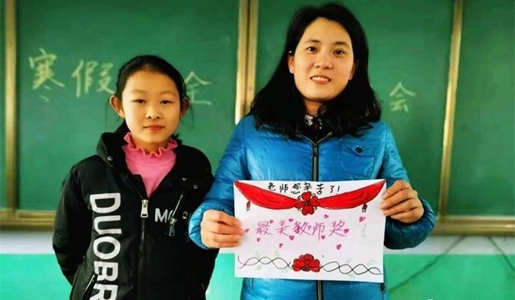 """学生给老师发奖状?山东这位老师拿着奖状""""哈哈大笑""""照片刷屏了……"""