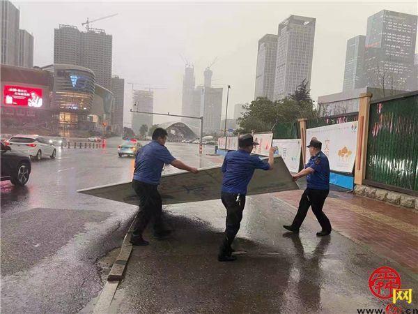 致敬暴雨中的逆行者!点赞龙洞最美城管队员