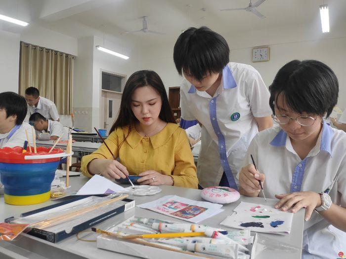 济南中学以石传情 以画抗疫