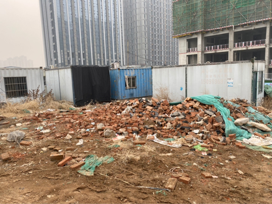 【啄木鸟在行动】兴福寺南路和东营西路交叉口建筑垃圾裸露