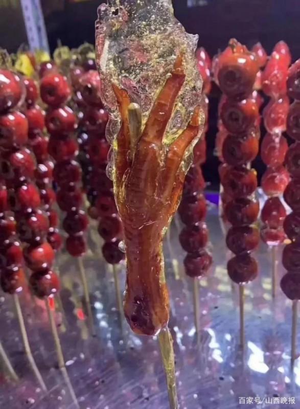东北摊主把鸡爪猪蹄做成糖葫芦 各地吃货:嫉妒到面目全非
