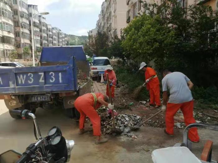 台风过后  济南城管迅速清淤保洁让城市恢复美丽