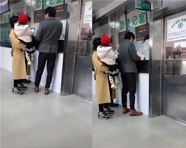 王大治携女儿打预防针,被路人认出亲切合影,42岁穿着很时尚