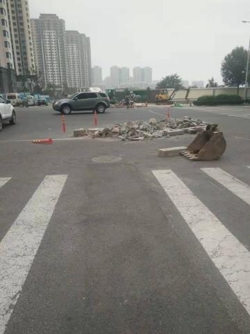 【啄木鸟在行动】腊山河东路与兴福寺路交叉路口有施工垃圾 影响市民出行