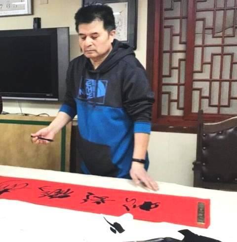 60岁央视主持人毕福剑近照曝光,面色红润身材发福